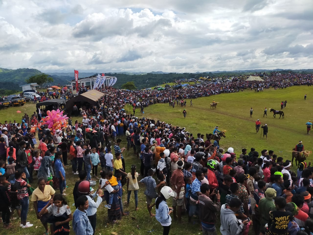 PENGAMANAN | Ribuan Wisatawan & Penikmat 'Pesta Budaya Pasola Lamboya 2020'  Banjiri Lapangan Hobakala