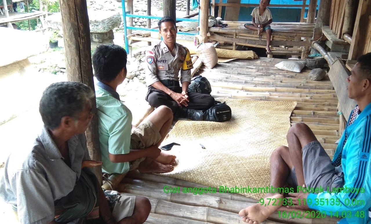 Rutinitas 'Si Coklat Berlengan Kuning' Brigpol Yafet di Desa Binaannya