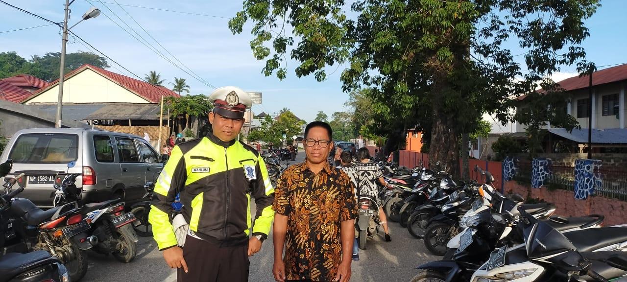 Pengamanan & Pengaturan Arus Lalu Lintas di Gereja-gereja oleh 4 Personel Satuan Lantas Polres Sumba Barat