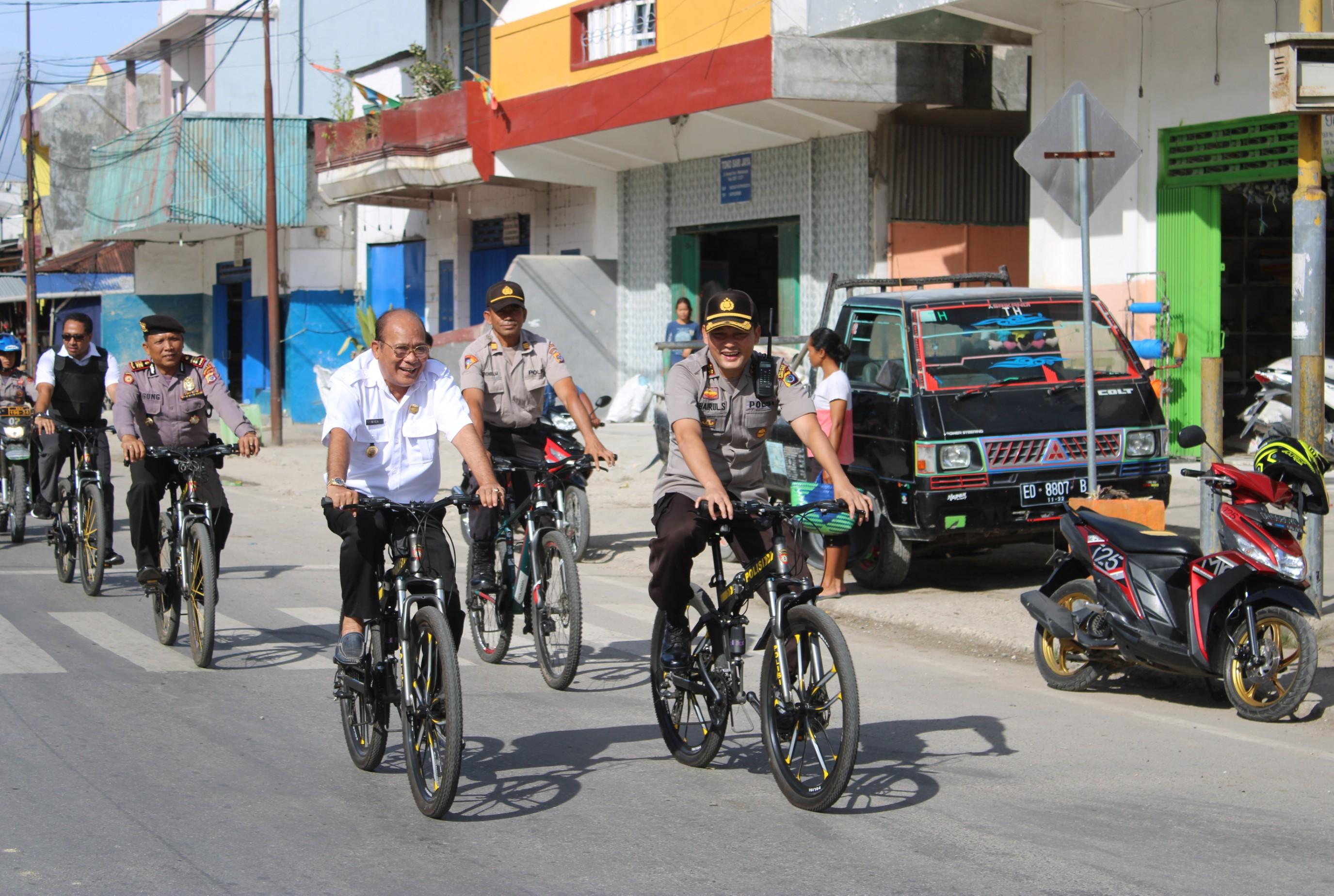 Tim 'Onthelis' | Mengayuh Sepeda Kapolres Dan Bupati Patroli Keliling Kota Waikabubak