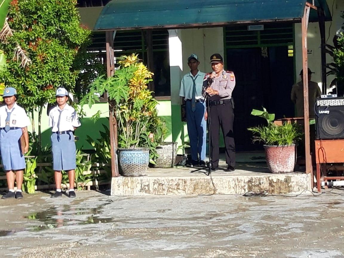 Roadshow Police Goes to School | Kasat Binmas Polres Sumba Barat Pimpin Gelaran Upacara Bendera di SMA Kristen Waikabubak