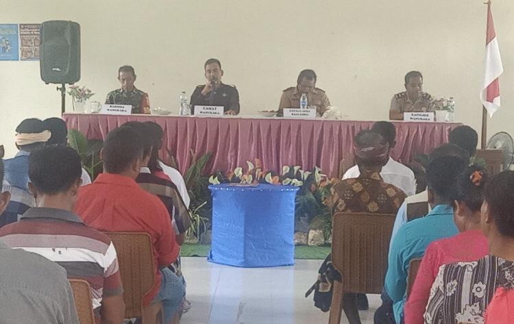 Kapolsek & Bhabinkamtibmas Polsek Wanukaka Hadiri Pelantikan Perangkat Desa Baliloku